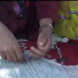 キリムを織るカシュカイの女性